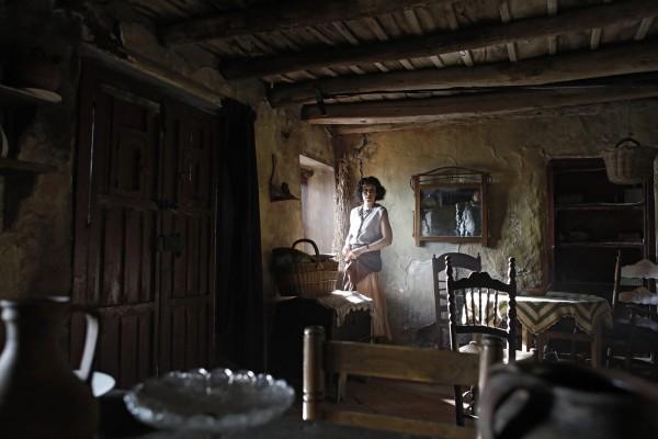 """Avant-première du film """"Une vie secrète"""" (""""La trinchera infinita"""" en Vo) de Aitor Arregi, Jon Garaño et Jose Marie Goenaga Avec Antonio De La Torre, Belén Cuesta et José Manuel Poga, le lundi 5 octobre à 19h30.  Ce sera une séance Espagnolas, en hommage à Jose Marie Riba, en présence de membre de l'équipe du film   Sortie le 28 octobre et est distribué par Épicentre Espagne, 1936. Higinio, partisan républicain, voit sa vie menacée par l'arrivée des troupes franquistes. Avec l'aide de sa femme Rosa, il décid"""
